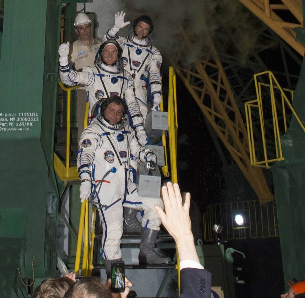 Alex und Crew unmittelbar vor dem ersten Flug ins All - hier direkt an der Startrampe. (Bild: ESA)