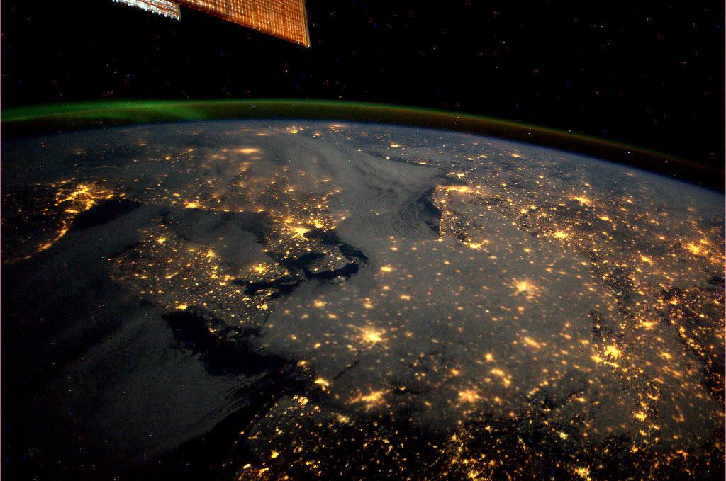 Deutschland und Nachbarländer bei Nacht. (Bild: NASA/ESA)