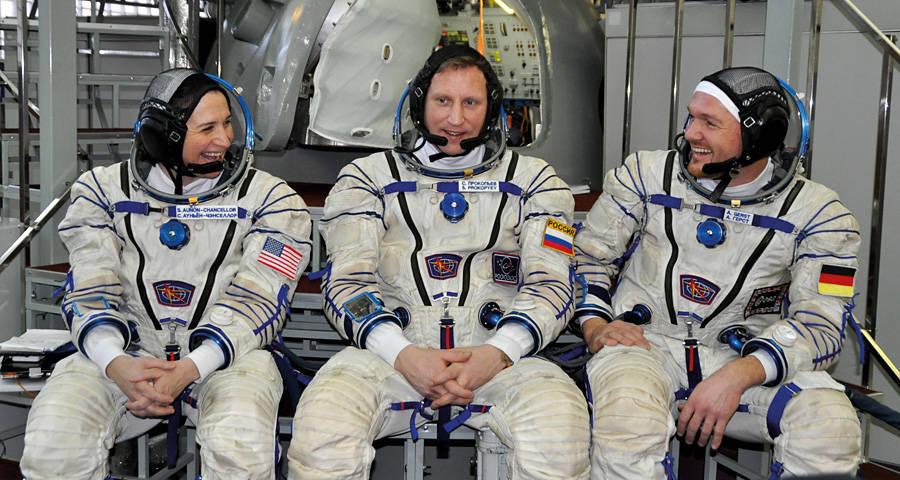 Alex mit seinen Crewmitgliedern Serena Auñón-Chancellor und Sergei Prokopjew. Bild: Roland Koch. Foto vom Start der Sojus-Rakete mit Alex an Bord. Bild: NASA