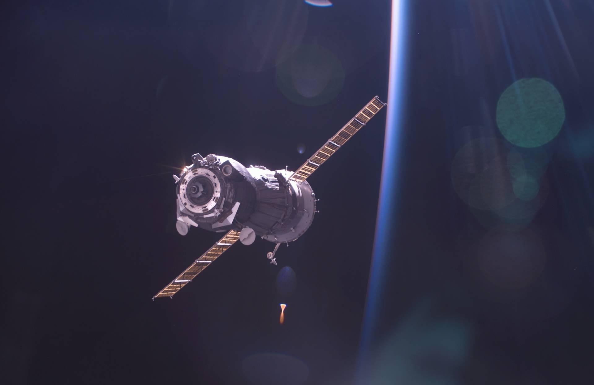 Kleines Bild: Ein Sojus-Raumschiff kurz vor dem Andocken. Großes Bild: Das Sojus-Raumschiff unmittelbar nach dem Docking von Alex und Crew. Bilder: NASA