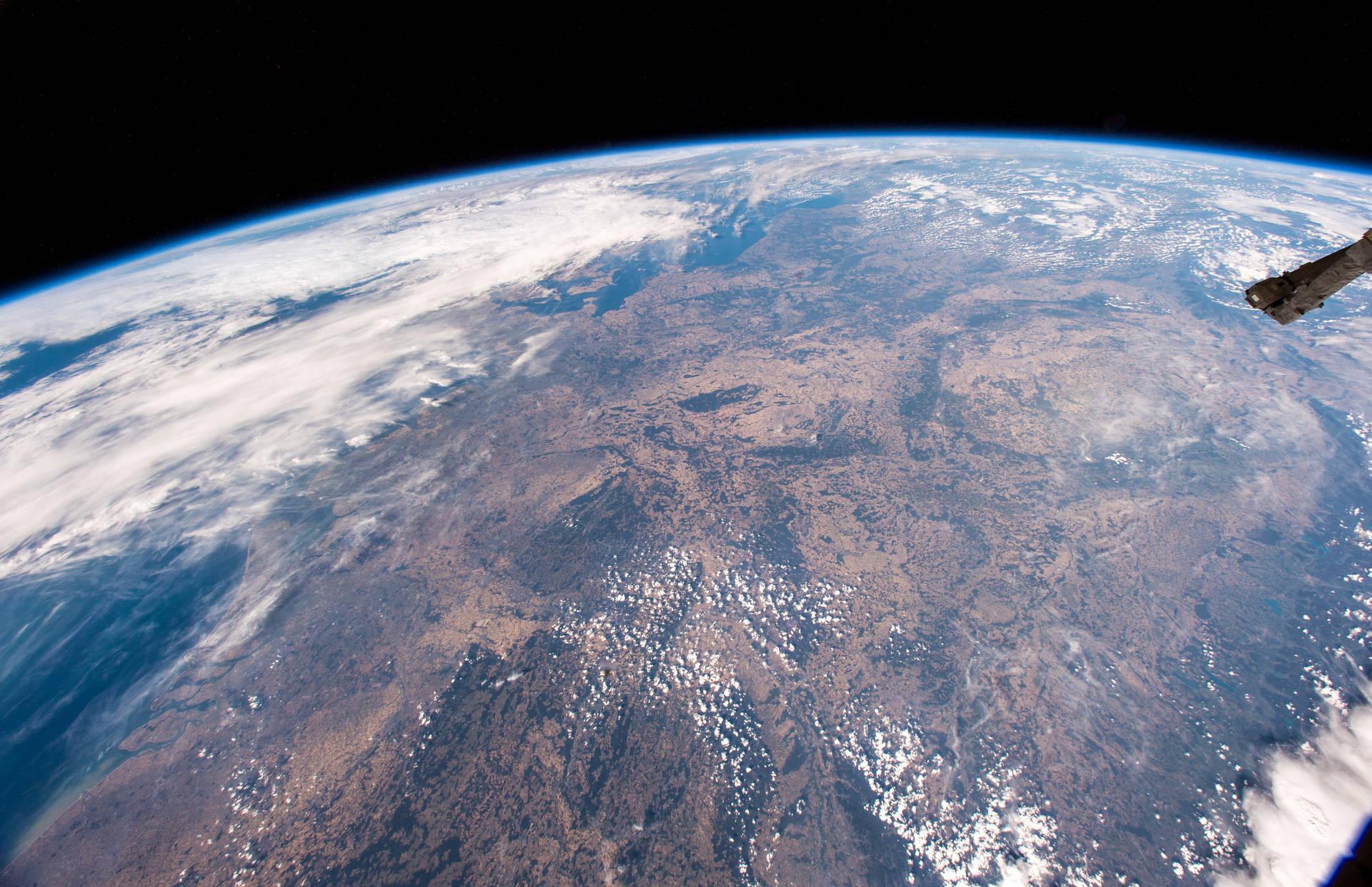 Mitteleuropa mit Deutschland, gesehen am 6. August von Bord der ISS. Der Blick geht vom Südwesten nach Nordosten. Oben die Ostsee, links die Nordsee mit der niederländischen und belgischen Küste. Bild: NASA/ESA/A. Gerst