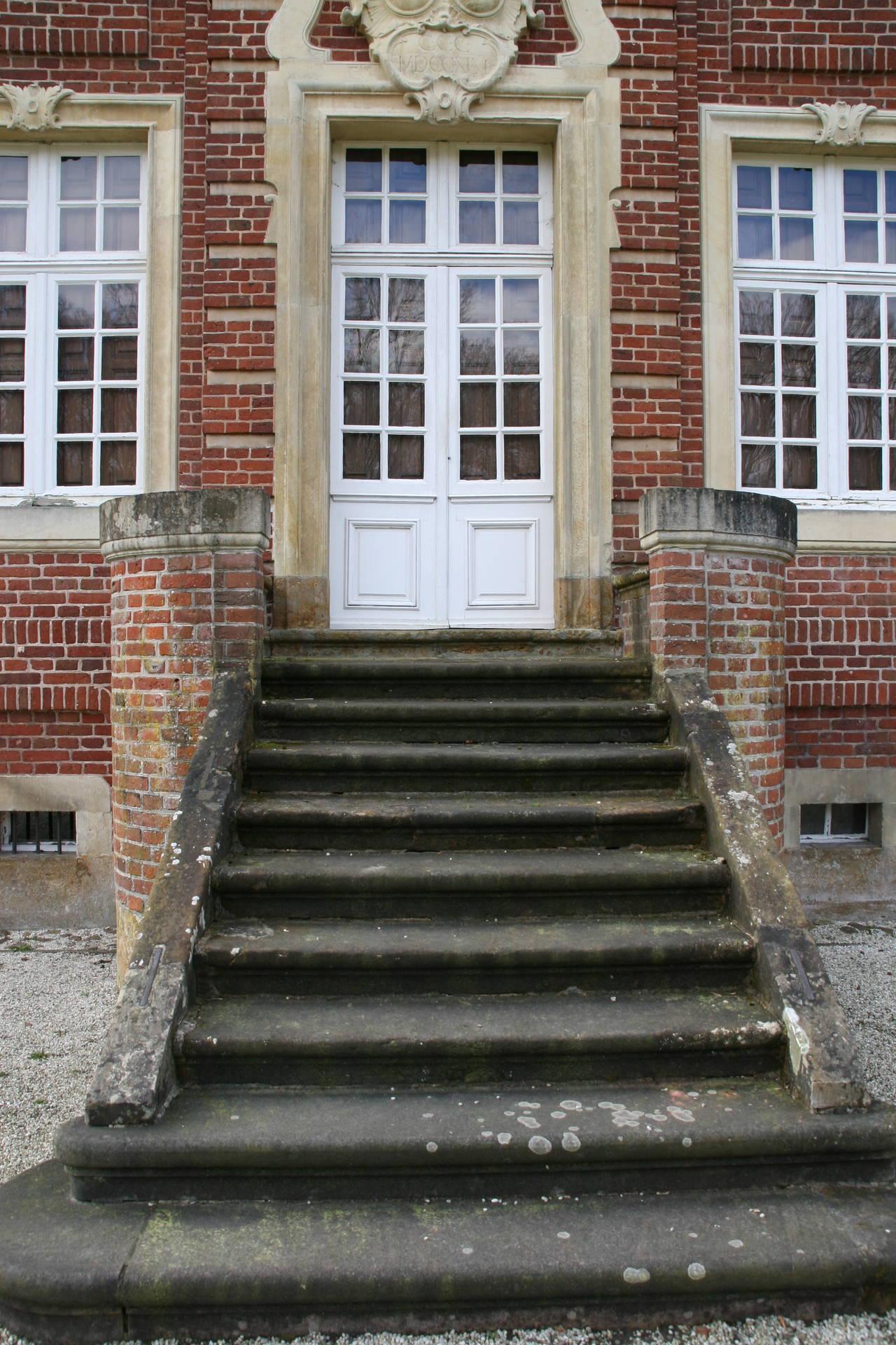 """Treppe zum Gartensaal mit den beiden Steinbänken am oberen Ende, die Annette die """"Harfe"""" nennt.."""