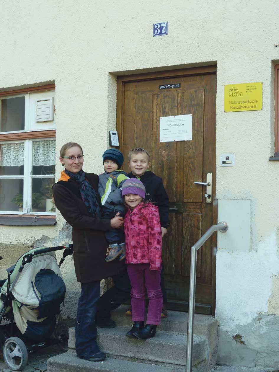 Jonas (rechts) brachte den Erlös aus dem Verkauf seines Büchleins mit Mutter Marion und den Geschwistern Lilly und Jacob in die Wärmstube. Fotos: Sims