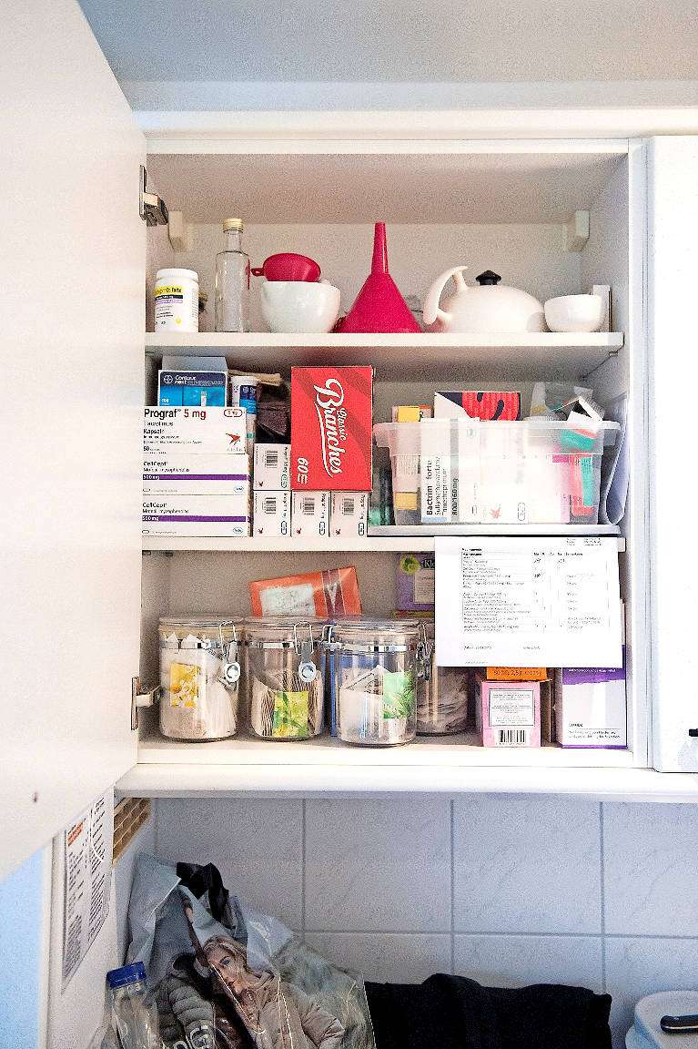 Tägliche Begleiter für Marianne Thöny - die Medikamente im Schrank.