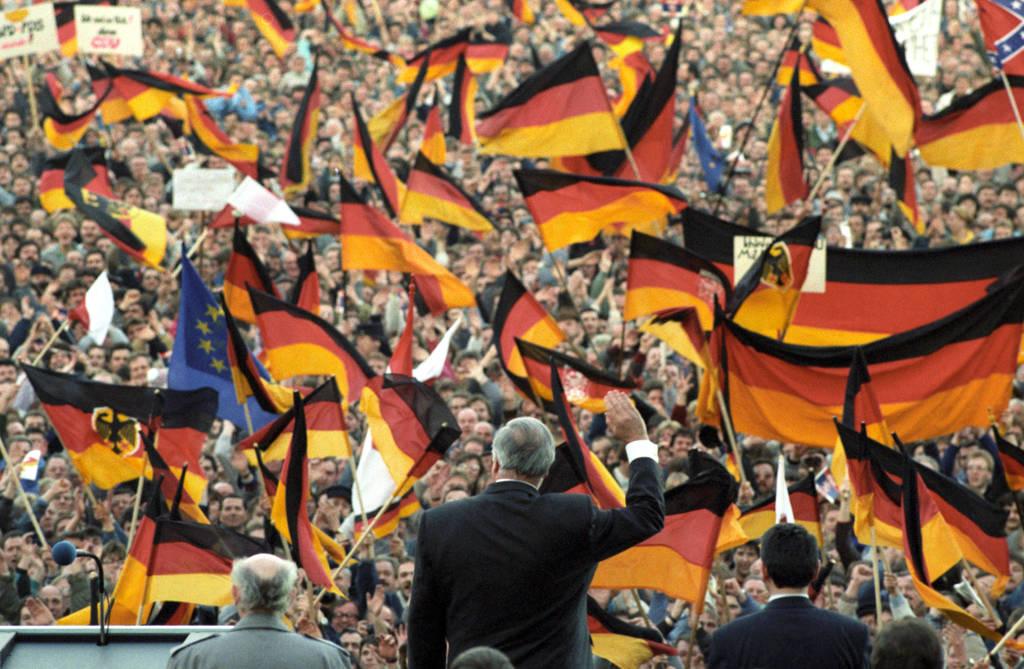 Helmut Kohl bei seinem ersten Wahlkampfauftritt im Osten im Jahr 1990 auf dem Erfurter Domplatz.