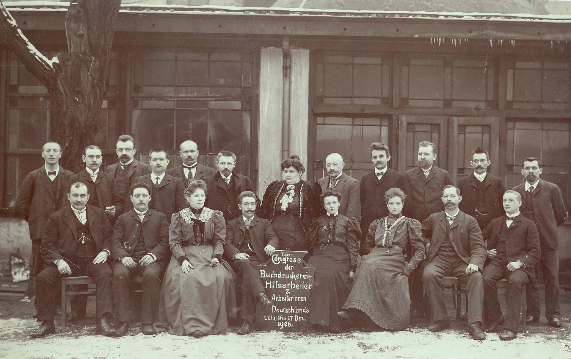 Paula Thiede 1906 zusammen mit ihrem Tarifausschuss