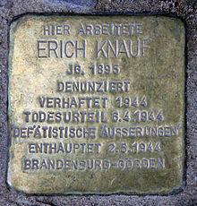 »Stolperstein« vor dem ehemaligen Verbandshaus der Deutschen Buchdrucker | Quelle: Wikimedia