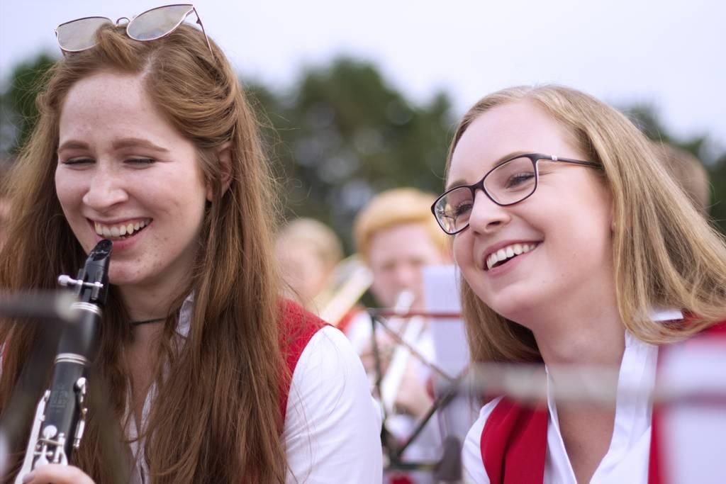Sarah (rechts) bei einem Auftritt des Musikvereins, in dem sie Klarinette spielt.
