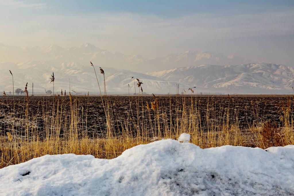 Schneebedeckte Gipfel: die Grenze zwischen Kasachstan und Kirgisistan