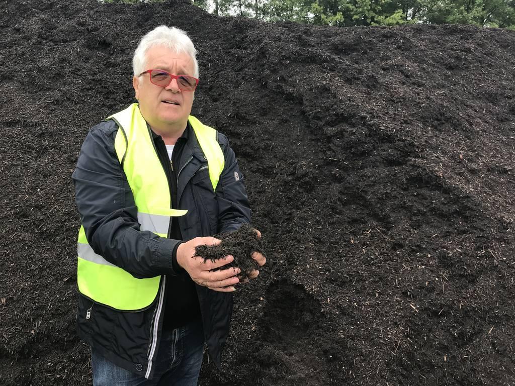 Franz Vogel mit seinem Kompost, der laut seinen Angaben nie PFC enthalten hat.