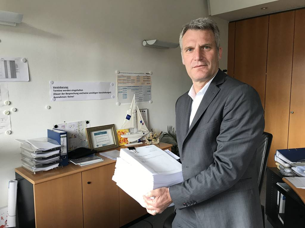 Olaf Kaspryk, Geschäftsführer der Stadtwerke Rastatt, mit der Klageschrift.