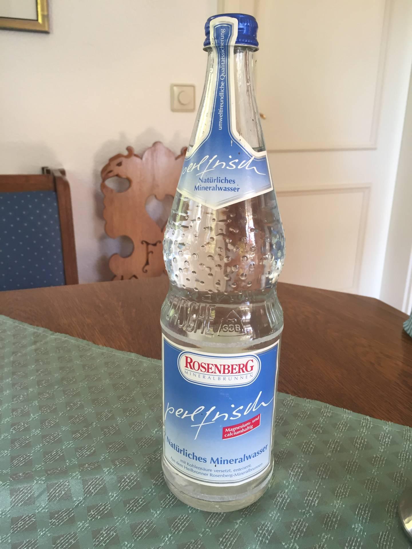 Die letzte ihrer Art: Eine Flasche Rosenberg Mineralwasser perlfrisch. Foto: Tobias Wieland