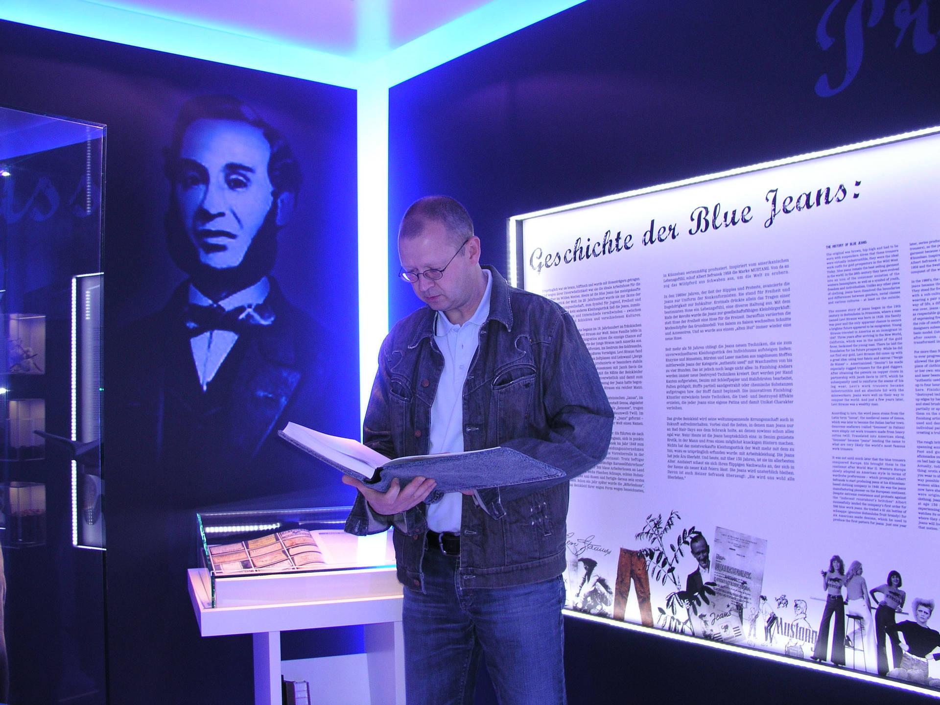 Als Museumsleiter baute Klaus Megerle das Firmenmuseum mit auf. Hier blättert er im Gästebuch. Foto: Henry Doll