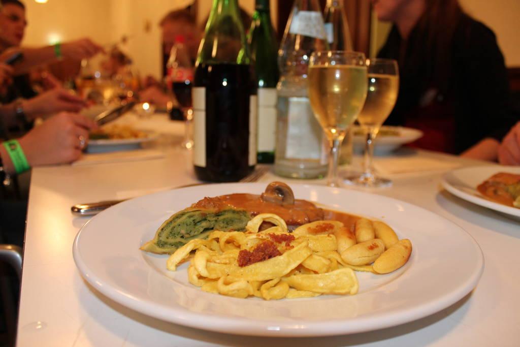 Die kulinarische Prägung Heilbronns ist schwäbisch. Das Heilbronner Leibgericht beinhaltet schließlich Maultaschen, Buabespitz und Spätzle. Den Wein hingegen mögen Franken wie Schwaben - mal in Häcken-, mal in Besenwirtschaften konsumiert. Foto: Tobias Wieland