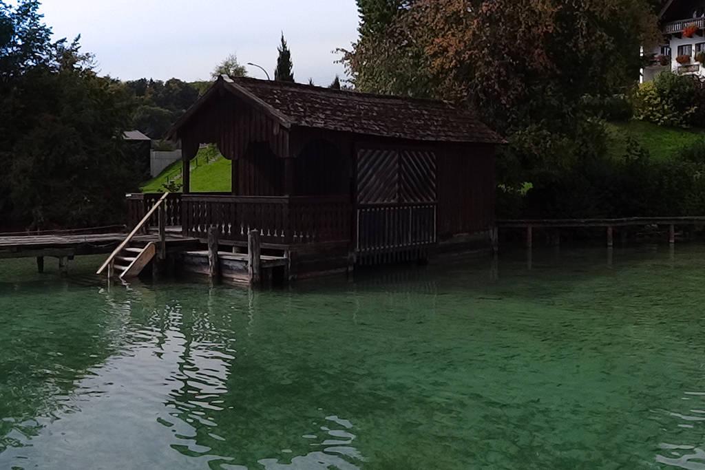 Noch heute gibt es am Attersee Pfahlbauten – als private Badehäuschen rund um den See.