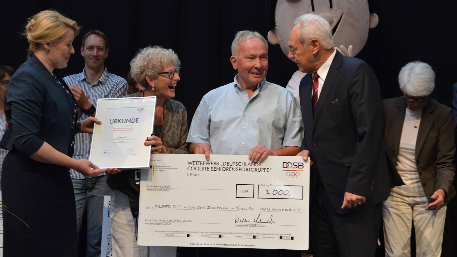 Bundesfamilienministerien Franziska Giffey und Walter Schneeloch (DOSB) gratulieren Margot und Erich Essig vom Tai Chi Zentrum Bühlertal.