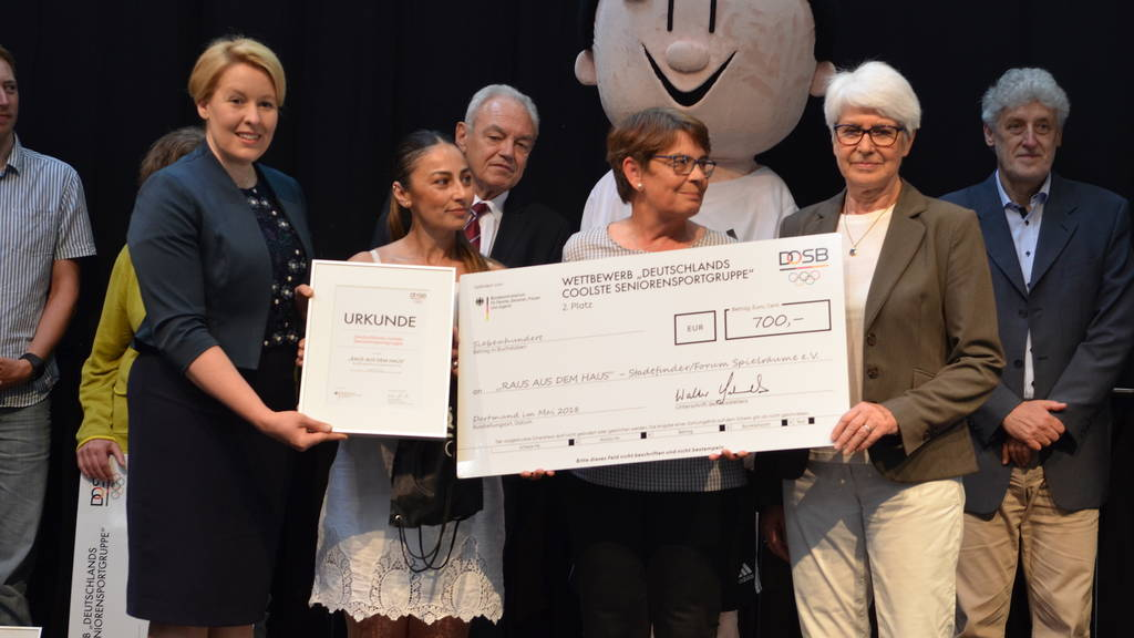 Familienministerin Franziska Giffey und Heide Ecker-Rosendahl überreichten die Preise für die zweiplatzierte Gruppe.