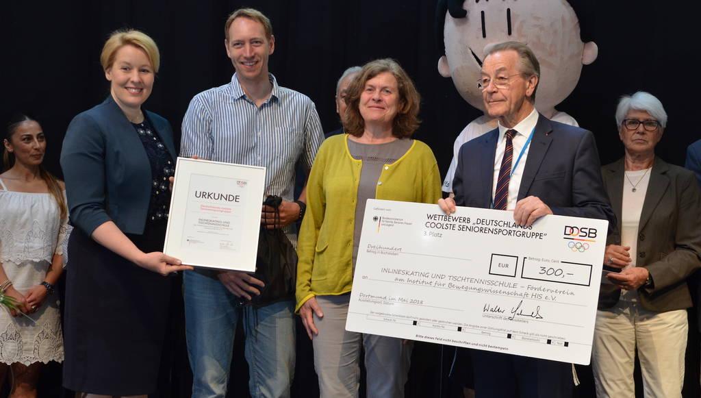 Bundesfamilienministerin Franziska Giffey, Walter Schneeloch (DOSB) und der BAGSO-Vorsitzende Franz Müntefering überreichten gleich zwei Preise an die Hamburger Inline- und Tischtennisgruppe.