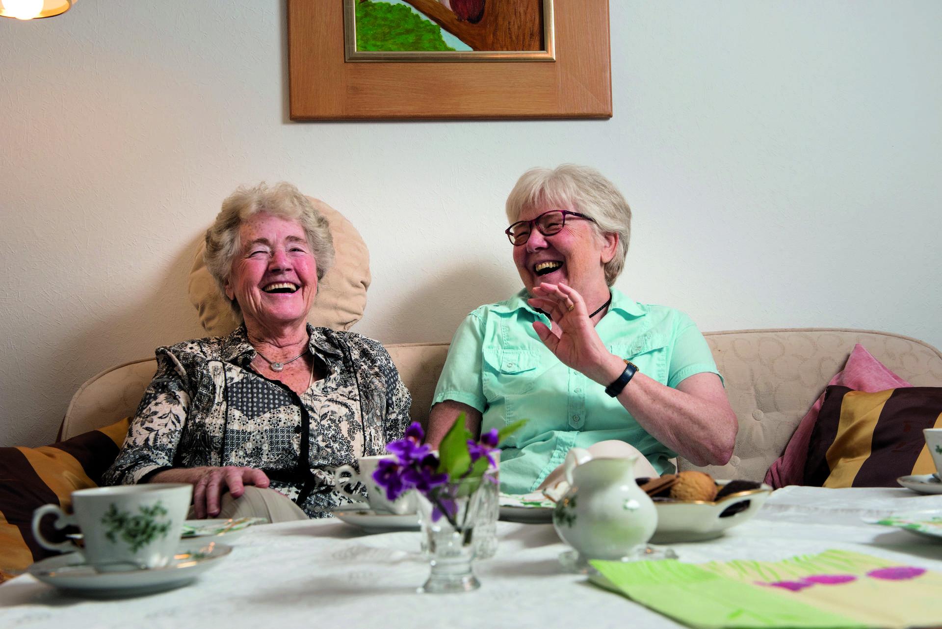 Es gibt immer was zu lachen: Ursel Kannenberg (li.) und SeniorPartnerin Sonja Jonasson (re.) treffen sich einmal pro Woche, zum Beispiel zum Spaziergang oder auch einfach nur zum Kaffeeplausch. Vermittelt hat den hilfreichen Kontakt die Diakonie.