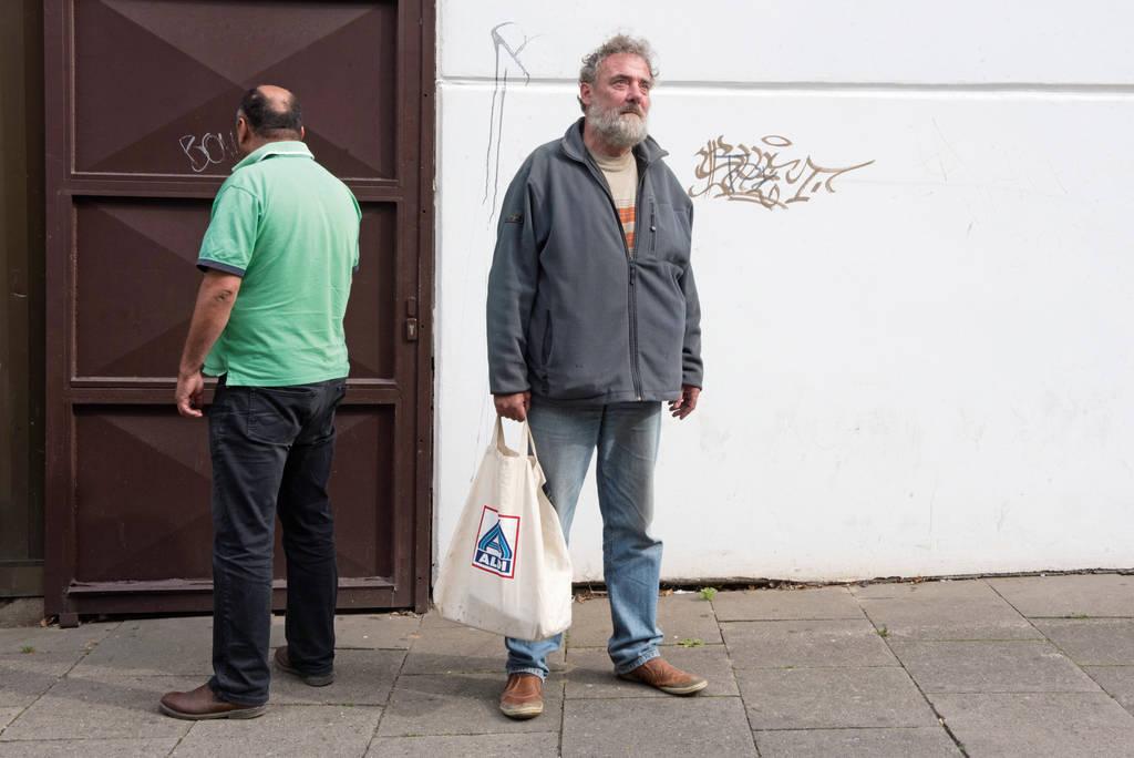 Peter Uwe S. (rechts) und Bassam A. aus Harburg sind wohnungslos und suchen dringend eine neue Bleibe.