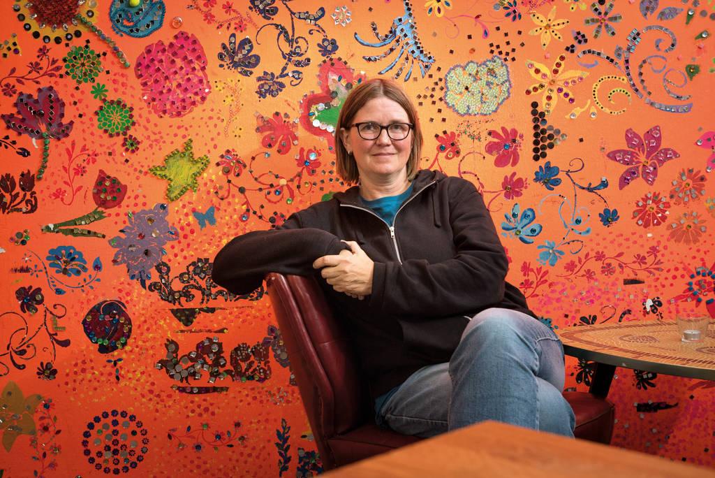 Sozialdiakonin Uschi Hoffmann setzt in der Kirchengemeinde Veddel auf Partizipation, Kreativität und Kunst.