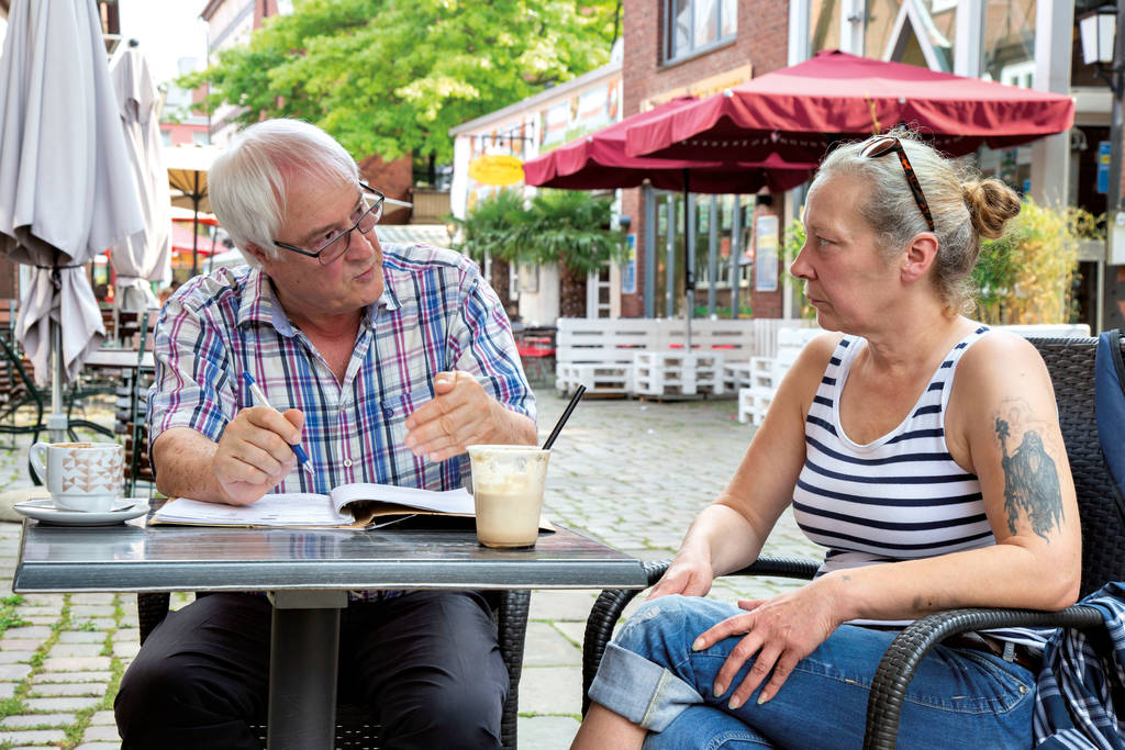 Helmut Trummel von der Sozialen Beratungsstelle Harburg und Silke N. waren gerade bei einem weiteren Wohnungsunternehmen - ohne Erfolg.
