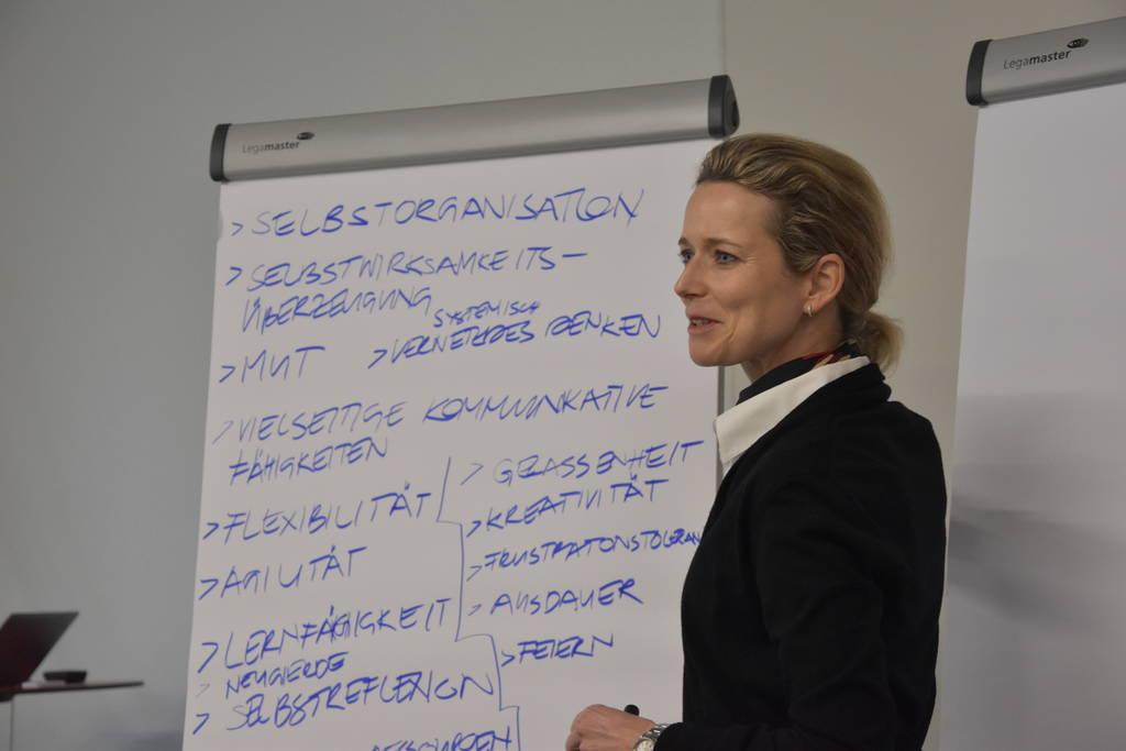 Die Dozentin Barbara Josef trägt die zentralen Kompetenzen für die Zukunft zusammen.