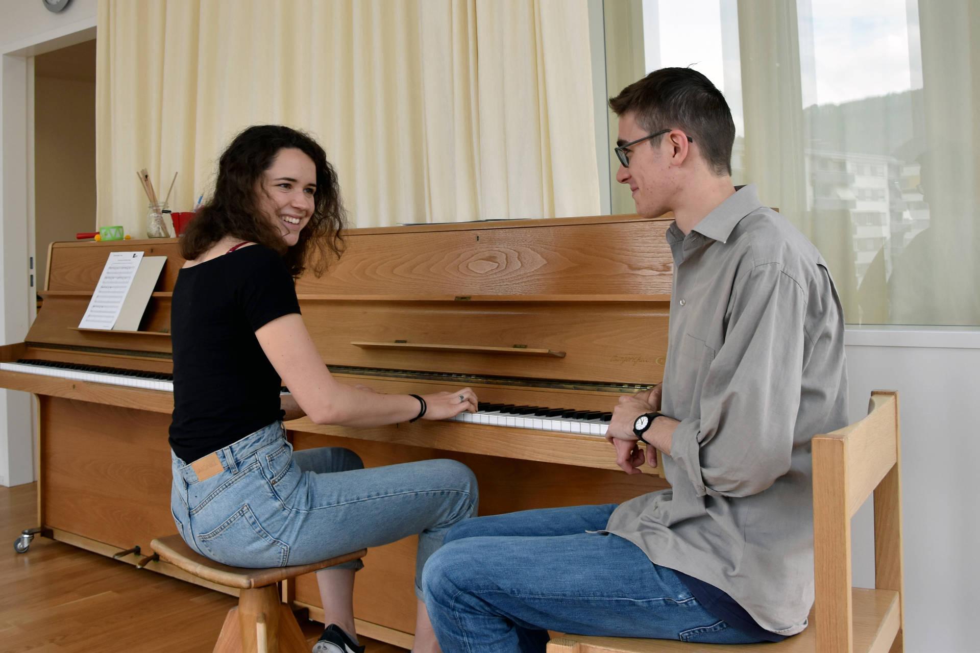 Selina Portner und Adrian Vulic loben den Bilingualen Studiengang in den höchsten Tönen.