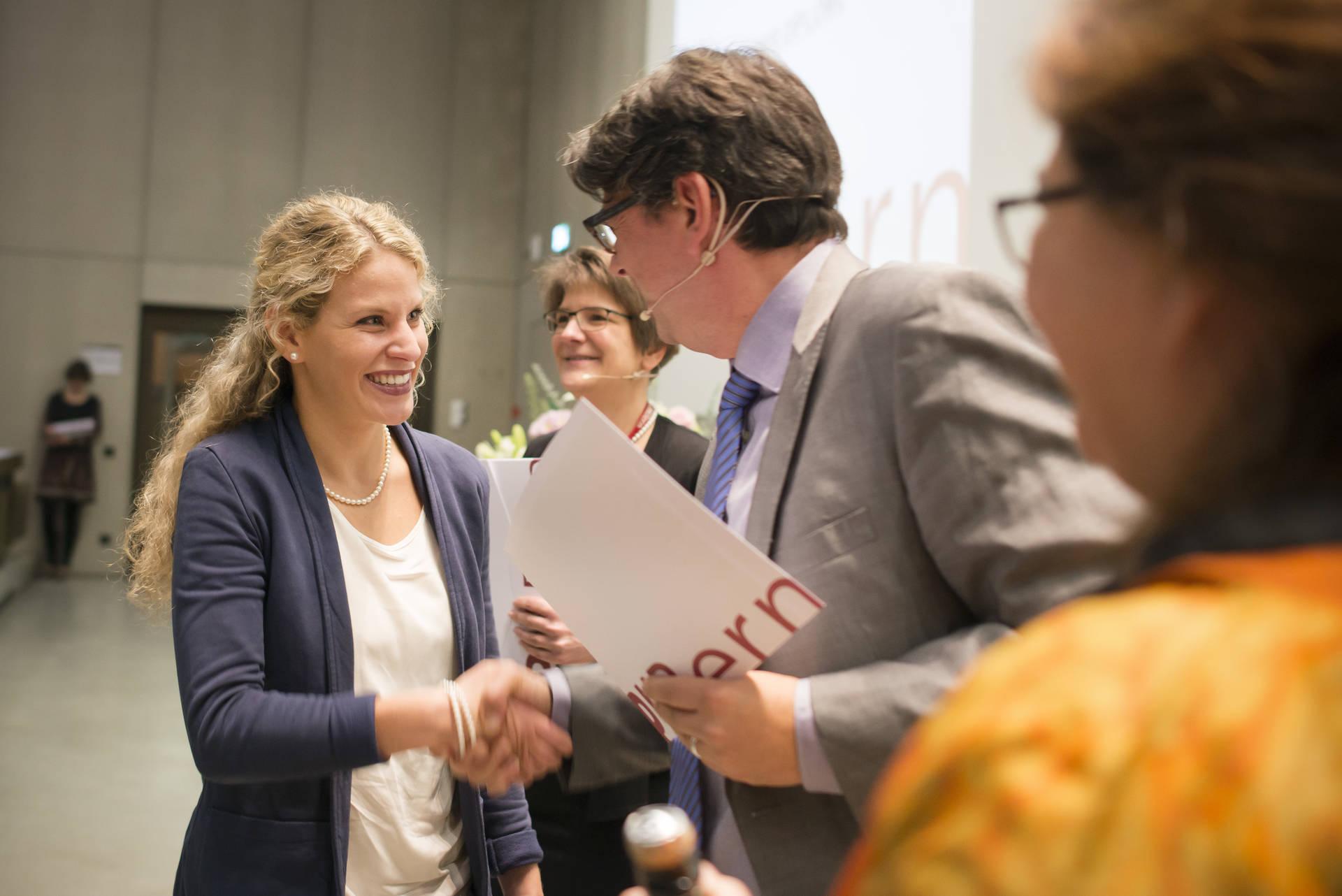 Michael Eckhart, Leiter des Instituts für Heilpädagogik, gratuliert der ersten Absolventin des Masters S1+ (Bild aus dem Jahr 2016).