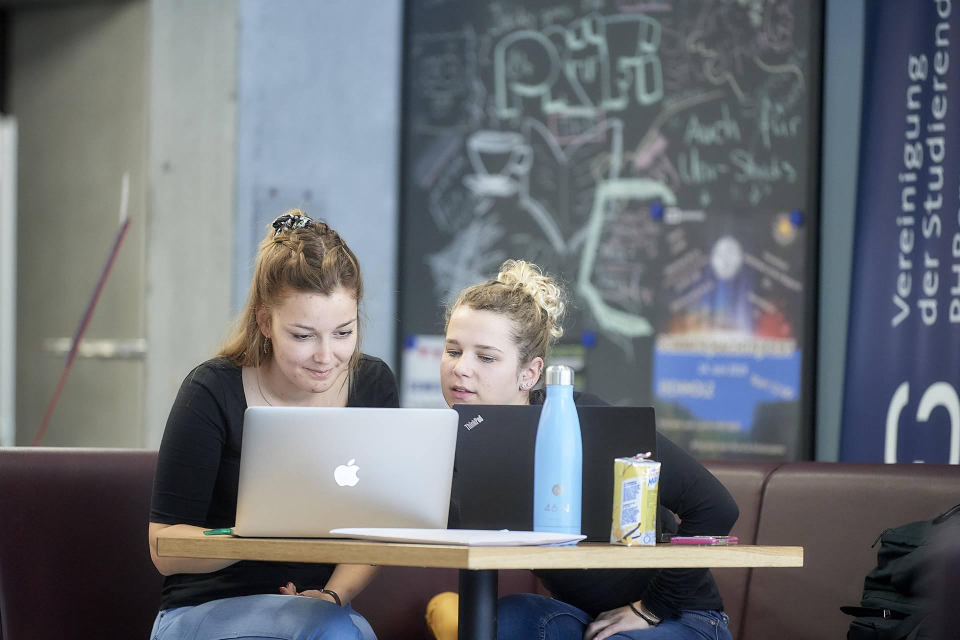 Die Absolventinnen und Absolventen der PHBern sind gut gerüstet für das neue Modul «Medien und Informatik».