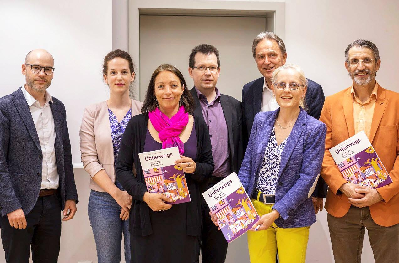 Gisela Bürki (2.v.r.), Dozentin am Institut Sekundarstufe I, und Georg Bühler-García (ganz rechts), Dozent am Institut für Heilpädagogik, haben mitgearbeitet. (Foto: hep verlag)