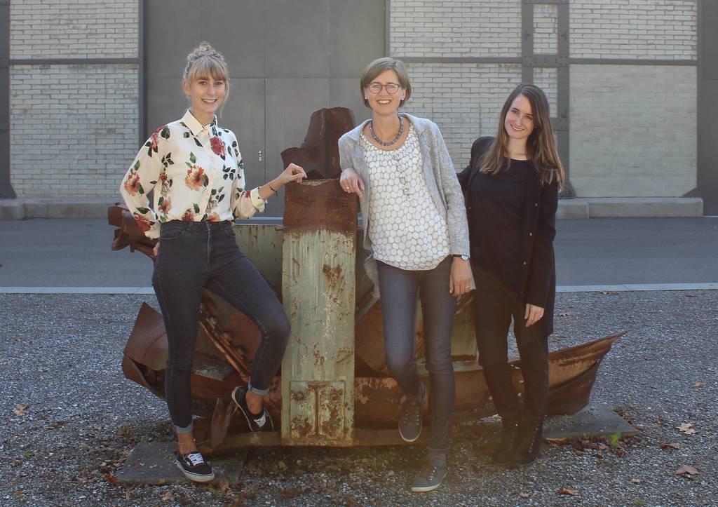 Caroline Villiger (Mitte), Leiterin des Schwerpunktprogramms «Familie – Bildung – Schule», mit ihrer wissenschaftlichen Mitarbeiterin Nadine Schuler (rechts) und der Hilfsassistentin Anna Hostettler (links).