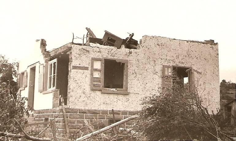 Kaum etwas ist übrig vom Haus der Familie Nittel. Das obere Stockwerk wird komplett weggerissen.