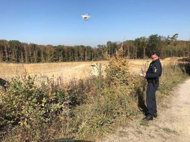 Mit einer Drohne sucht die Polizei den Kelterner Steinbruch ab.