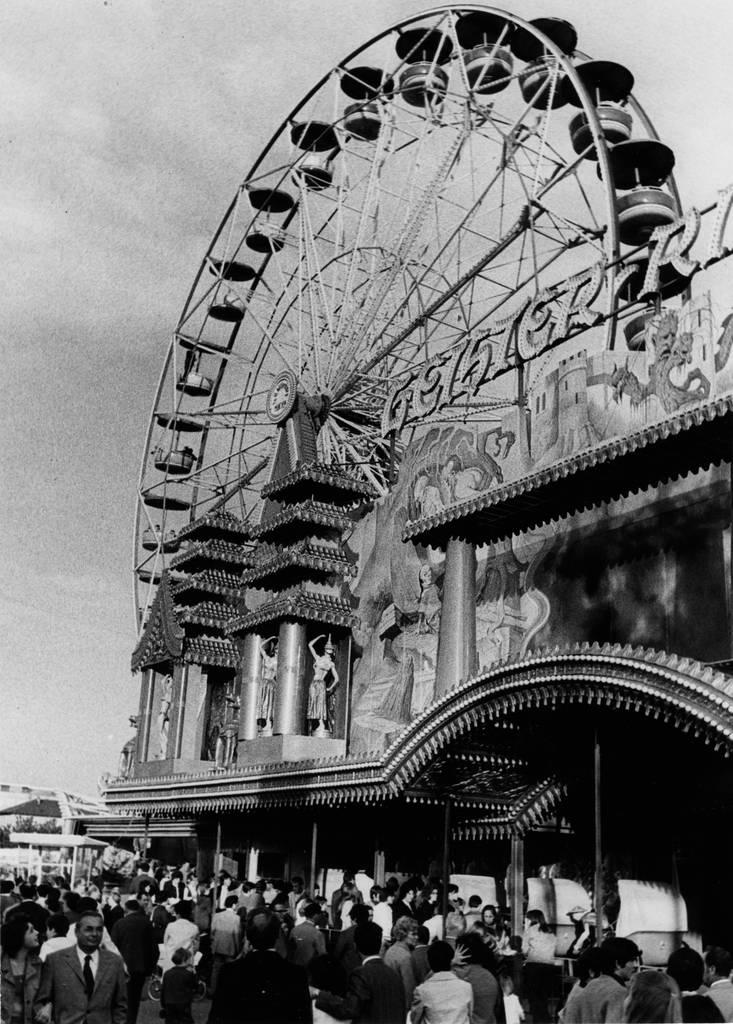Riesenrad und Geisterbahn: Fahrgeschäfte, die schon 1971 die Menschen anlockten. Foto: Stadtarchiv