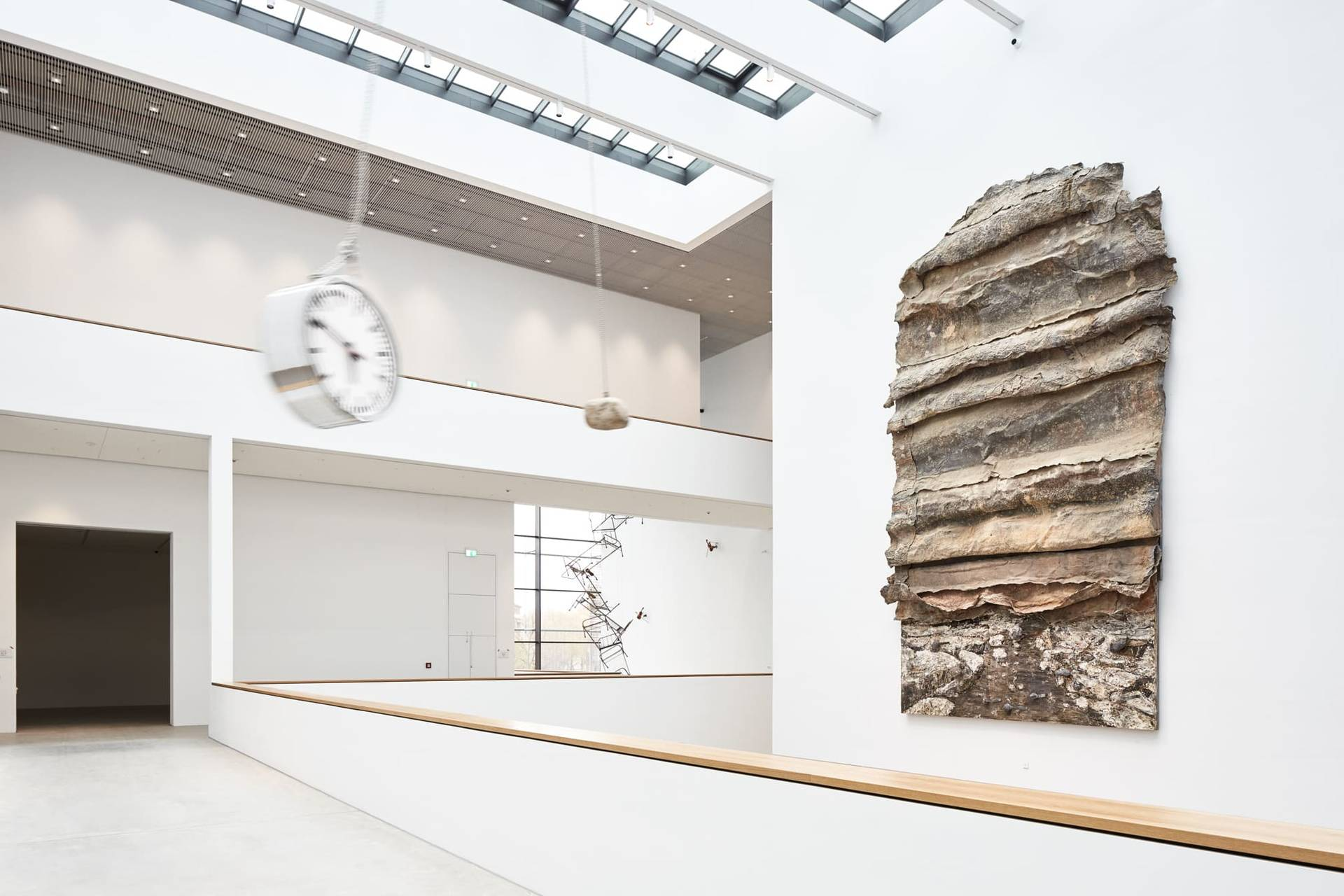 """Eindrucksvolle Begrüßer im Atrium: Anselm Kiefers """"Sefiroth"""" (2000) und Alicja Kwades """"Die bewegte Leere des Moments"""" (2015/2017)"""