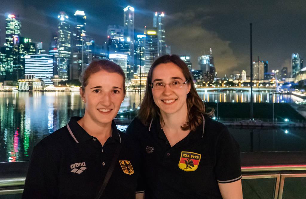 Auf Besichtigungstour in Singapur: Jasmin Dziuron (links) und Kerstin Lange. (Foto: Denis Foemer)